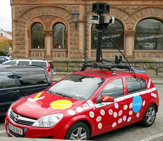 Une voiture Google munie de son système photographique, prête à alimenter les vues de Street View